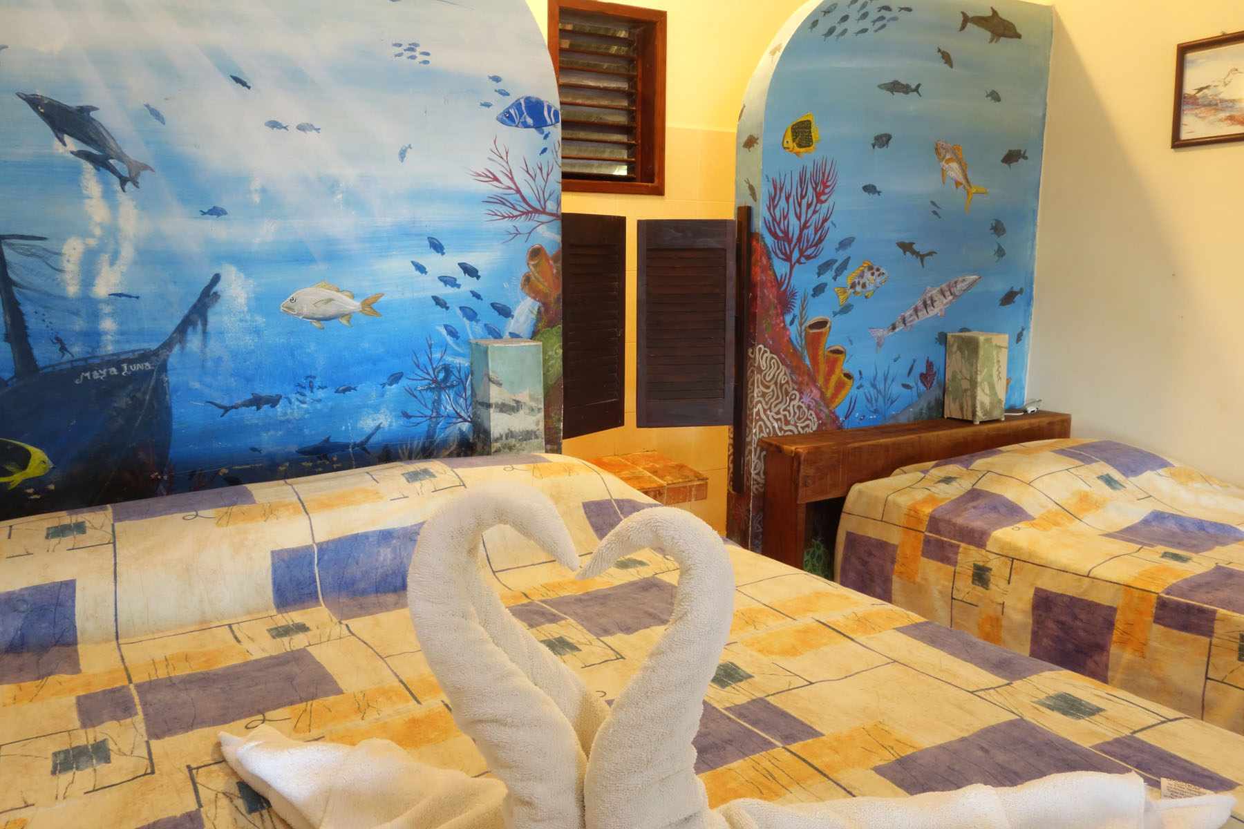 Hotel Maya Luna Mahahual Bungalow Chinchorro 2 beds with murals and swans