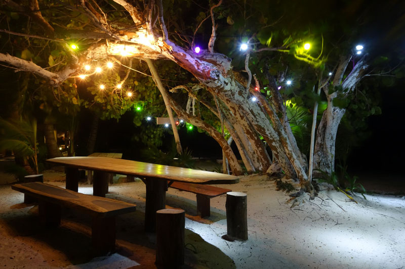 Eco Hotel Restaurant Maya Luna Mahahual. Beach garden dinner table