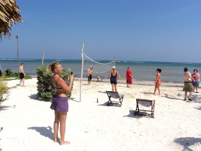Eco Hotel Restaurant Maya Luna Mahahual. Day pass cruisers volleyball